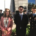 El Ministro del Interior premia al presidente del Instituto Lectura Fácil con el distintivo blanco de la Policía Nacional.